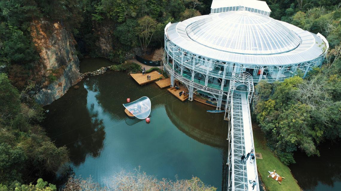 """A """"Ópera de Arame"""", situada no Parque das Pedreiras, em Curitiba (PR), ocupa uma área onde funcionou uma pedreira."""